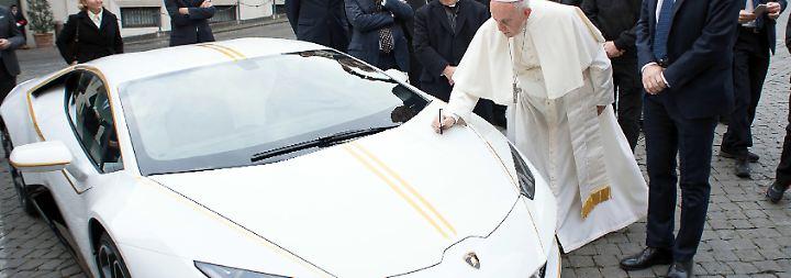 Kaum zu glauben, aber wahr: Papst signiert Luxus-Lamborghini