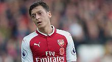Unter Beobachtung: Mesut Özil. Was auch sonst? Schließlich spielt er für Geld Fußball und lebt davon, dass ihm dabei andere Leute zuschauen.
