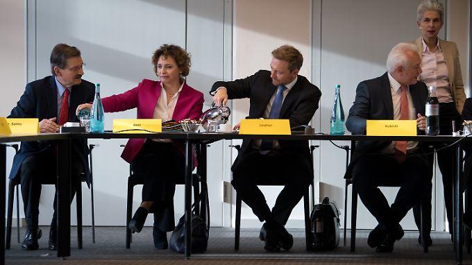 Erstmal Kaffee einschütten: FDP-Chef Christian Lindner (m.) und Parteikollegen am Morgen nach den geplatzten Verhandlungen.