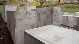 Stelenfeld vor der Haustür: Aktivisten bauen Höcke eigenes Holocaust-Mahnmal