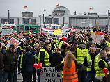 """""""Ohne Anstand und Moral"""": Air-Berlin-Mitarbeiter ziehen vors Kanzleramt"""