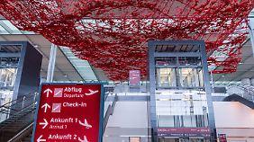 Im Terminal hängt auch die Kunst-Installation.