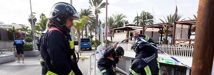 Am Morgen danach: Feuerwehrleute am Eingang des teilweise eingestürzten Nachtclubs.