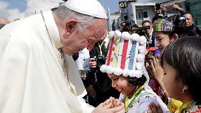 Papst Franziskus trifft in Rangun ein.