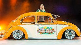 """Franzi Sommer ist mit ihrem VW Käfer """"Candy Scraper"""" auf der Motor Show."""