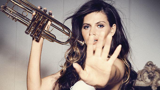 Bitte nicht beim Proben stören! Hana Nitsche mit Trompete.