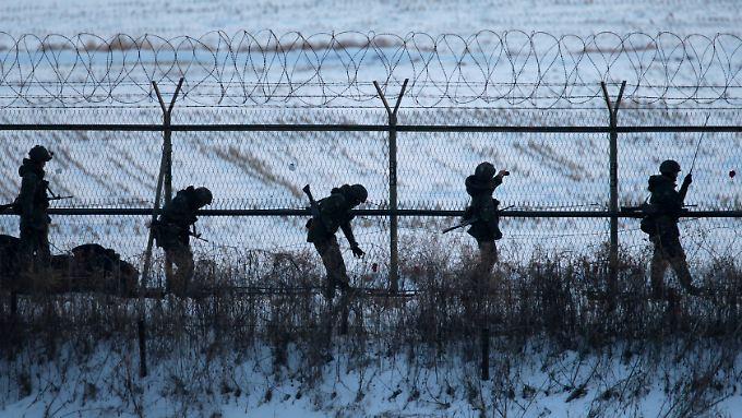 Formell noch immer im Kriegszustand: Soldaten patrouillieren an der massiv gesicherten innerkoreanischen Grenze.