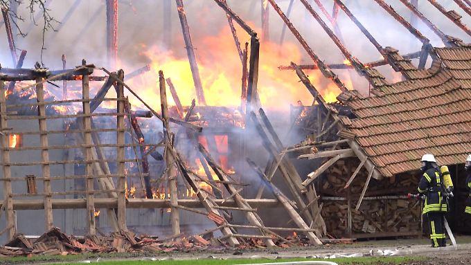 Beim Eintreffen der ersten Feuerwehr- und Polizeieinheiten satnd der Stall bereits vollständig in Flammen.