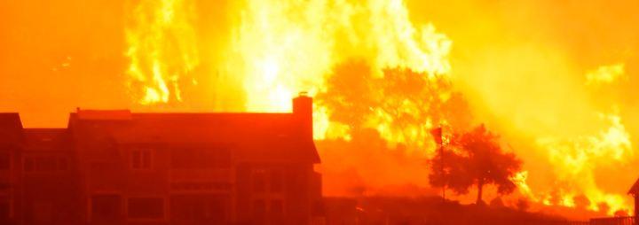 Flammeninferno in Kalifornien: Feuerwehrleute haben kaum eine Chance gegen die Flammen