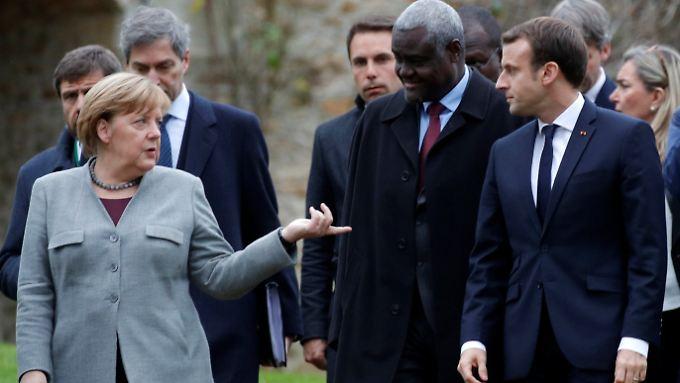 Merkel im französischen La Celle-Saint-Cloud mit dem Chef der Afrikanischen Kommission Mahamat und Frankreichs Präsident Macron.