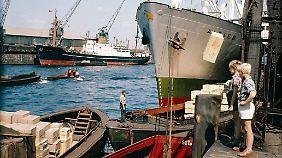 "1960er-Jahre: Jungen beobachten das Beladen des Frachters ""Algier""."