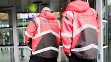 Niki-Mitarbeiter gehen auf dem Flughafen Schwechat bei Wien zu einer Mitarbeiterversammlung.