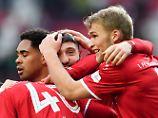 Kaiserslauterns Brandon Borrello lässt sich in die Mitte nehmen und jubelt mit Sebastian Andersson und Phillipp Mwene über seine Vorbereitung zum 1:1.