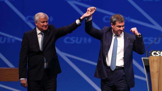 Der alte und der neue bayerische Ministerpräsident: Seehofer und Söder.