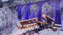 Der Weihnachtsmarkt in der Ravennaschlucht im Hochschwarzwald gilt als einer der schönsten in Deutschland. Dort könnte auch Heiligabend Schnee liegen.
