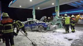 Lkw-Fahrer verhindert Katastrophe: 19-Jährige kracht mit Auto in Tankstelle