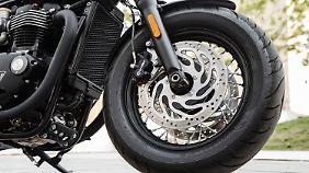 Autentische Speichenräder mit schwarzen Felgen gehören bei der Bonneville Bobber Black dazu.