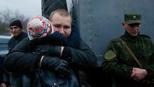 Ein ukrainischer Soldat nach seiner Freilassung.