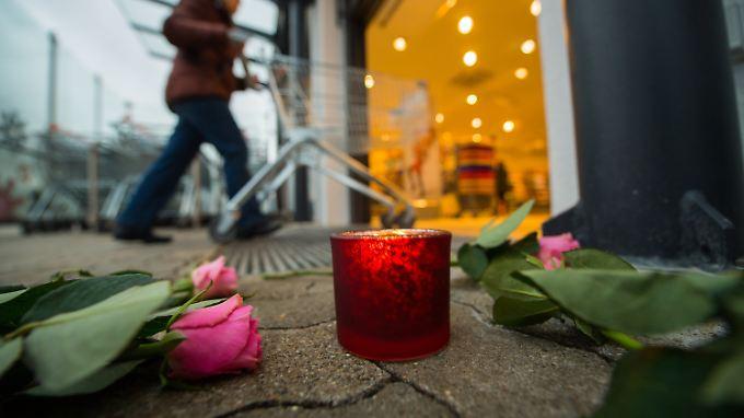 Anwohner in Kandel hinterlegten Kerzen und Blumen am Tatort.