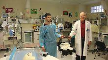 Mohammed (l.) ist stolzer Papa seines ersten Kindes, aber auch großer Bruder für drei kleine Jungen.