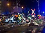 Gaffer ignorieren Absperrungen: Mann bei Unfall mit U-Bahn schwer verletzt