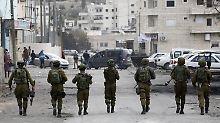 Auch ohne offizielle Annexion ist das israelische Militär im Westjordanland bereits jetzt praktisch omnipräsent - hier patrouillieren Soldaten durch die Straßen Hebrons.