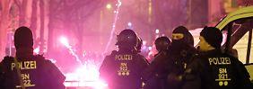 Ausschreitungen in Leipzig: Polizei mit Steinen und Böllern beworfen
