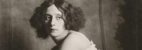 Neben dem Maler Gustav Klimt und dem Schriftsteller Arthur Schnitzler hielt sie Berühmtheiten wie die russische Primaballerina Anna Pawlowa fest (1913), ...