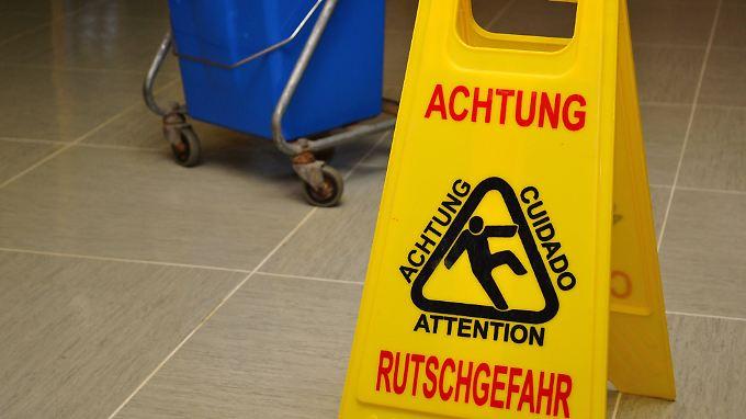 Vielerorts werden nach der Reinigung Warnschilder aufgestellt.