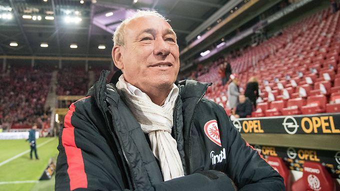 Eintracht Frankfurts Präsident Peter Fischer kann über die AfD-Anzeige nur müde lächeln.