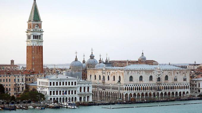 Der Dogenpalast (r.) am Markusplatz ist einer der bekanntesten Bauten in Venedig.