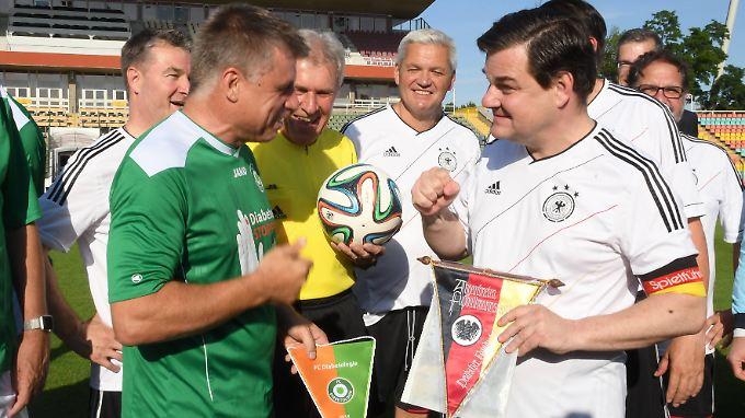Kapitän Marcus Weinberg (r.) beim Spiel des FC Bundestag gegen den FC Diabetologie im Juni 2017.