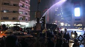 Dieses Foto soll zeigen, wie die Polizei an Silvester in Teheran gegen regierungskritische Demonstranten vorgeht. Verifiziert werden kann das Foto von unabhängiger Seite allerdings nicht.