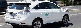 Von Waymo zum selbstfahrenden Auto umgebauter SUV der Marke Lexus.