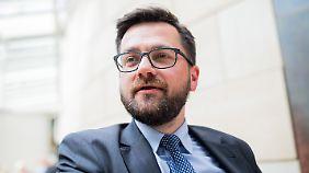 Thomas Kutschaty ist stellvertretender SPD-Fraktionschef im NRW-Landtag. Zwischen 2010 und 2017 war er Justizminister von Nordrhein-Westfalen. In der SPD gilt er als aussichtsreicher Kandidat für die Nachfolge von Norbert Römer, dem Fraktionsvorsitzenden im Landtag. Der Posten soll in diesem Jahr neu besetzt werden.