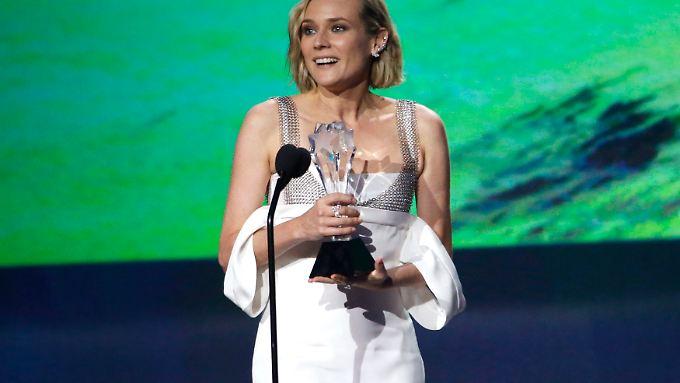 Hauptdarstellerin Diane Kruger nimmt den Preis für Regisseur Fatih Akin entgegen.