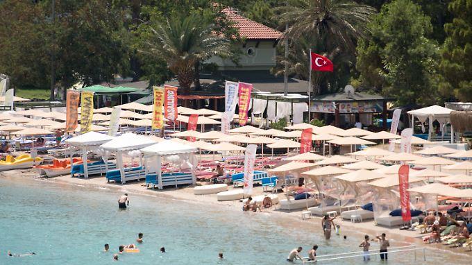 Touristen an einem Badestrand in Kemer im Juli 2016 - das war das schwierigste Jahr für die türkische Tourismusindustrie.