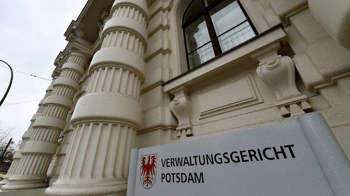 Abgelehnte Asylbewerber können an Verwaltungsgerichten gegen die Entscheidung klagen.