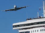 """Eine A380, hier im Show-Vorbeiflug über der Brücke des Kreuzfahrtschiffs """"Queen Mary II""""."""