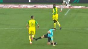 Skandal in PSG-Spiel: Schiedsrichter tritt nach, attackierter Spieler fliegt