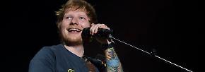 """… bleibt auch Sänger Ed Sheeran lange Zeit ohne festes Zuhause. """"Ich hatte 2008 und auch 2009 und 2010 keinen Ort zum Leben. Aber ich habe das irgendwie hingekriegt"""", schreibt er in seinem Buch """"A Visual Journey"""". Darin …"""