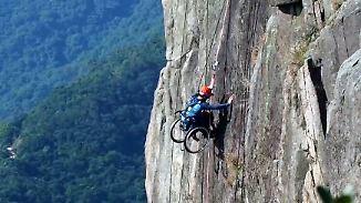 Querschnittgelähmter Extremsportler: Rollstuhlfahrer erklimmt Felswand