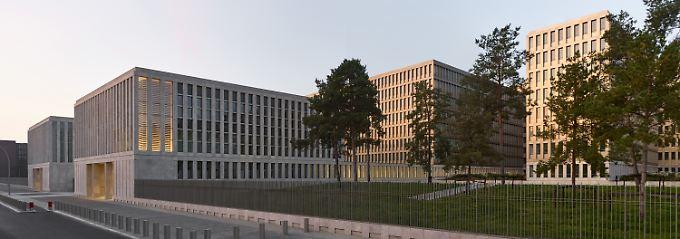 Blick von der Chausseestraße aus: links die beiden Torhäuser aus Naturstein, rechts das Hauptgebäude mit der Aluminium-Fassade.
