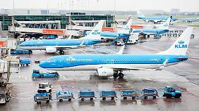 Viele KLM-Flieger müssen morgen am Boden bleiben.