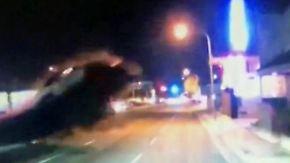 Spektakuläre Bilder einer Autokamera: Kalifornier hebt mit seinem Wagen ab und kracht in ein Haus