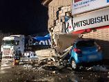 Glätteunfälle im hohen Norden: 40-Tonner kracht in Haus