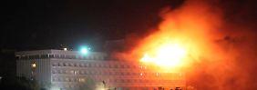 Ein ganzes Stockwerk des Intercontinental steht in Flammen. Terroristen hatten das Feuer gelegt.
