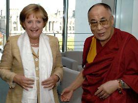 Zahlreiche Besuche in Deutschland: Angela Merkel empfing den Dalai Lama (rechts) im September 2007 und ...