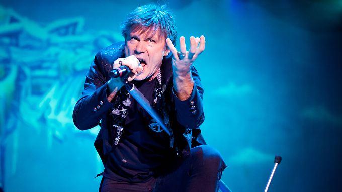 So kennt man ihn vor allem - als Einpeitscher bei Iron Maiden: Bruce Dickinson.