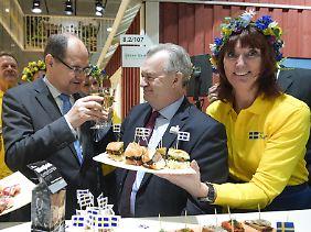 Landwirtschaftsminister Christian Schmidt (l) mit seinem schwedischen Kollegen Sven-Erik Bucht beim Probieren.